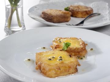 Leche frita de maíz y salsa de maracuyá