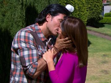 Alonso descubre a su madre besando a Leonardo
