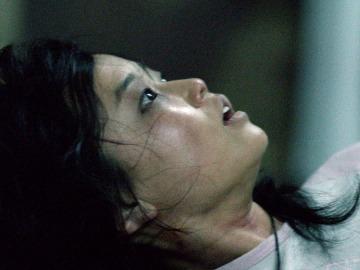 Una chica encadenada pide auxilio a Norman