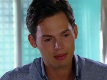 Alexandro confiesa a su hermana que es gay
