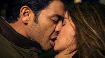 Diana y Alejandro se funden en un beso apasionado