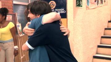 Luismi y César se funden en un abrazo muy especial