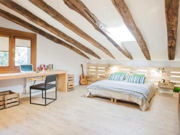 Un dormitorio con estilo industrial con un toque de naturaleza