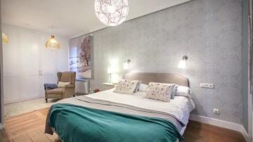 Un dormitorio muy especial con toques ajardinados