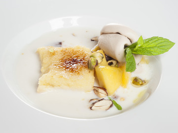 Sopa de coco y frutas con torrija caramelizada