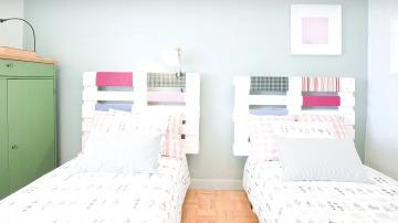 'Decogarden' utiliza palets de madera como cabeceros, para una original habitación de invitados