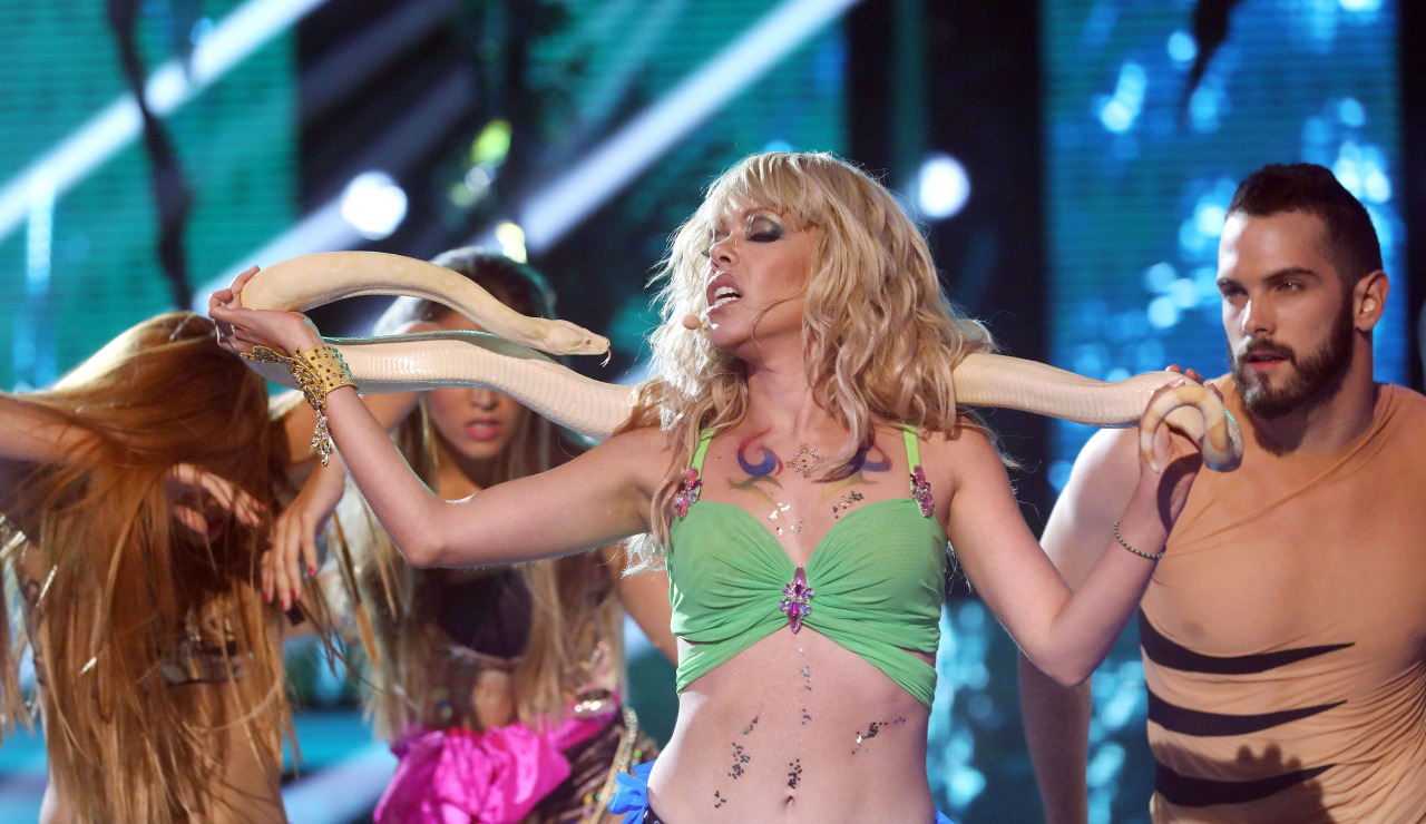 Beatriz Luengo baila con una serpiente real para interpretar el tema 'I'm A Slave 4 U' de Britney Spears