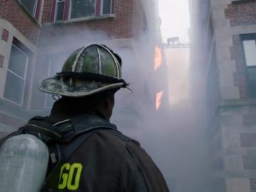 Frame 17.608047 de: El cuerpo de bomberos, principales víctimas de este incendio