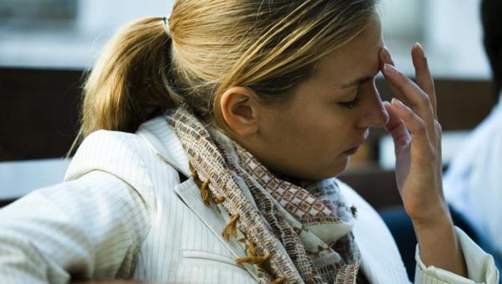 Mujer estresada con dolor de cabeza
