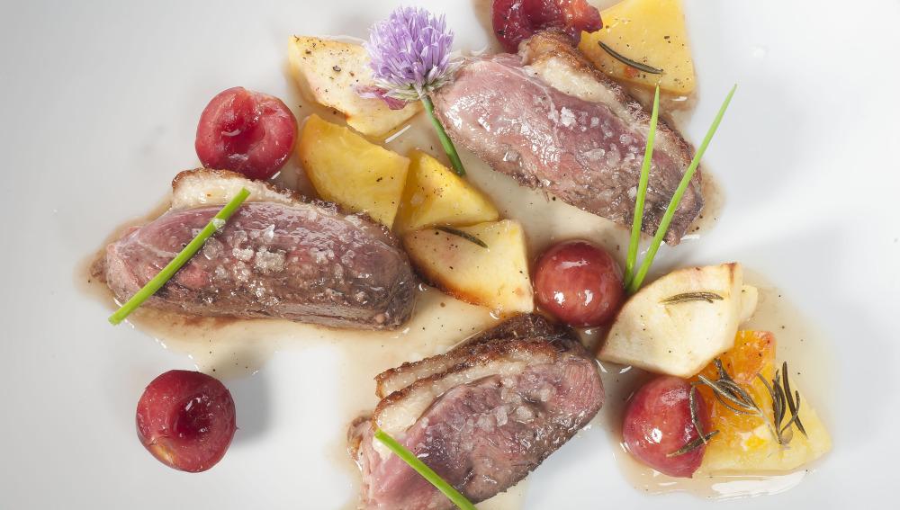 Magret de pato con frutas asadas