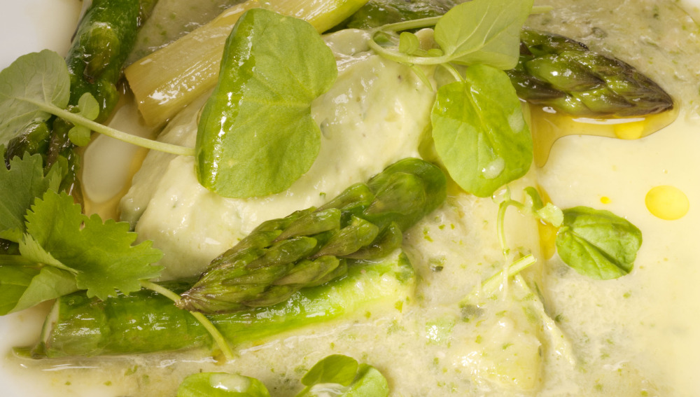 Crema de hortalizas verdes con queso de aguacate