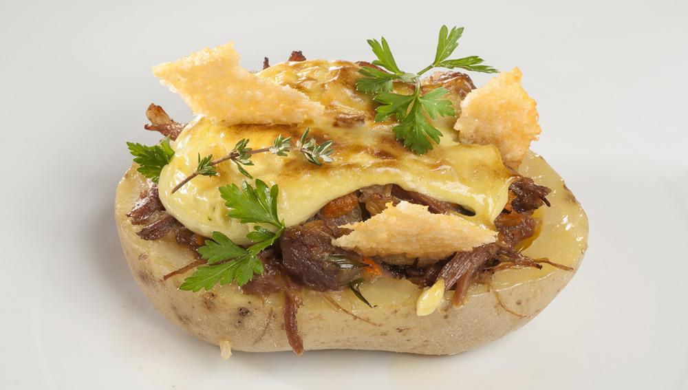 Patata rellena de pato con galleta de parmesano