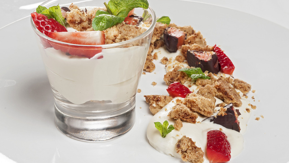 Mousse de chocolate blanco con crumble de almendra