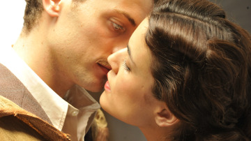 Marcus Logan besa a Sira Quiroga