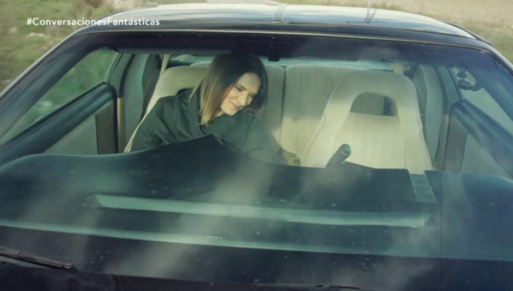 Frame 94.214469 de: Kitt le roba un beso a Eva Santolaria