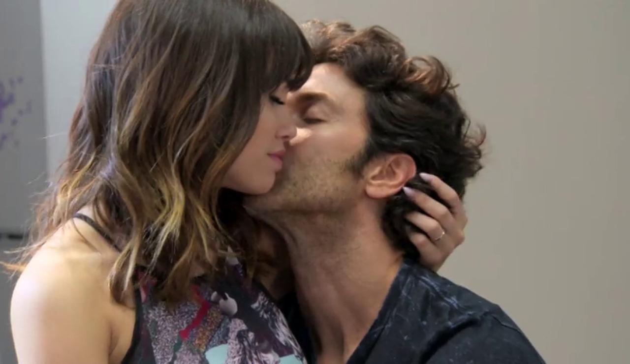 Frame 56.385576 de: Un tierno beso marca el final de 'Esperanza Mía'