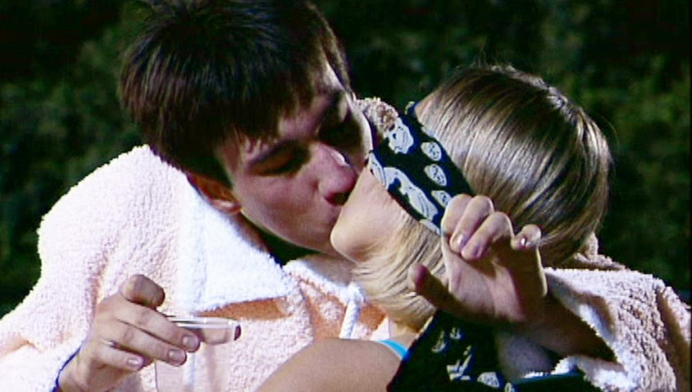 Sara y Luismi beso