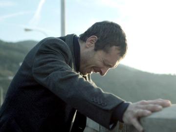 Álex visita el lugar donde Rodrigo fue asesinado