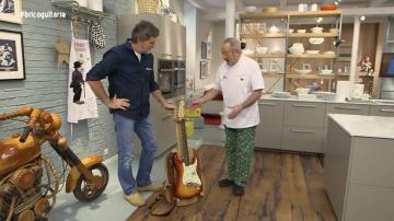 Frame 83.480888 de: Le regalamos a Karlos Arguiñano un práctico utensilio para sujetar la guitarra