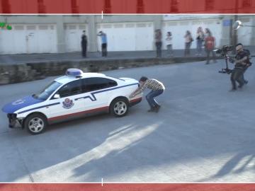 Jozé empujando el coche