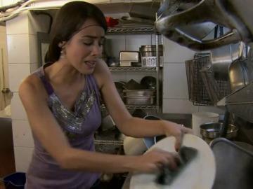 Diana acaba fregando platos en un bar al no tener dinero para pagar