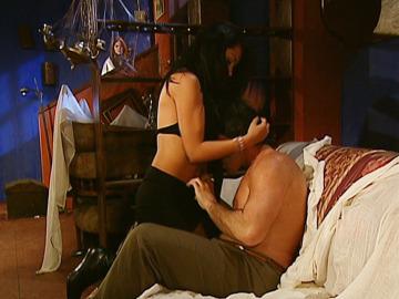 Norma pilla a Fernando acostándose con otra