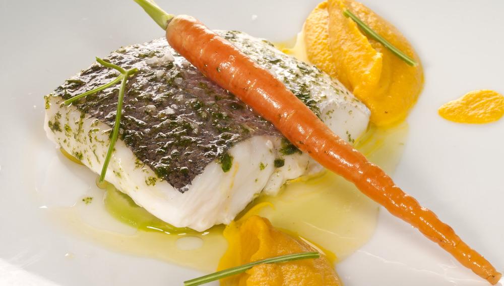 Pescadilla al vapor con puré de zanahorias al curry
