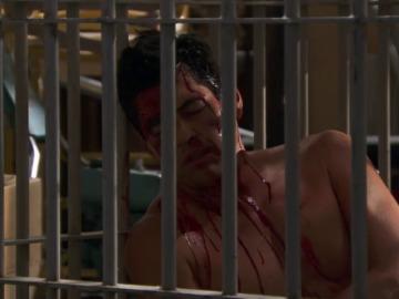 Frame 10.159748 de: Felicia mantiene a Carlos retenido tras darle una paliza