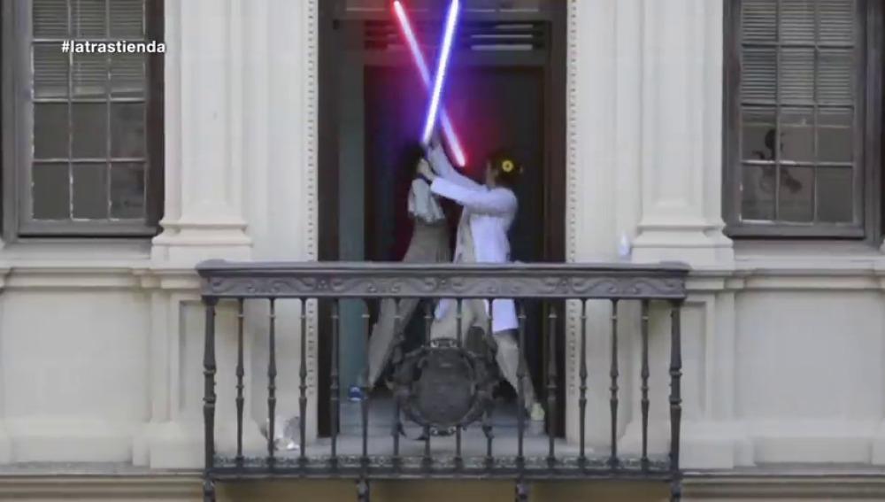 Frame 52.838095 de: Ángela y Dolores pelean como dos guerreros jedi