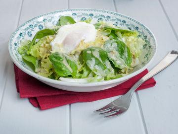 Ensalada con huevo y vinagreta de lata